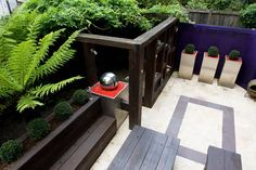 This chunky pergola provides privacy in this overlook garden #courtyard #patio #perspex #ferns