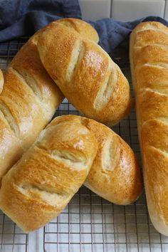 Bread Bun, Pan Bread, Bread Rolls, Bread Baking, Chewy Bread Recipe, Yeast Bread Recipes, French Bread Recipes, Gluten Free French Bread, Cornbread Recipes