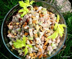 Sałatka z kurczaka, z selerem naciowym i orzechami | Smaczna Pyza