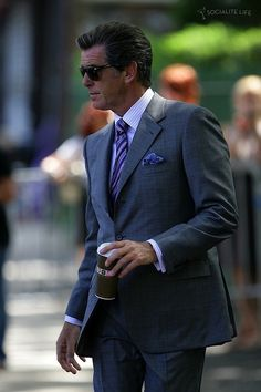 Pierce Brosnan (Filming Remember Me) I think. Pierce Brosnan, Men Are Men, Look Formal, Classic Suit, Business Chic, Gentleman Style, Stylish Men, Jeans Style, Timeless Fashion
