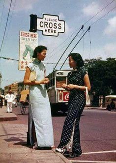 Life is like a crossroad, it carries you on regardless. You might as well enjoy the view and seize every opportunity while you are passing. Otherwise, it'll be too late! History Of Singapore, Singapore Photos, Asian Fashion, Retro Fashion, Vintage Fashion, Chinese Fashion, Old Shanghai, Aesthetic People, Chinese Clothing