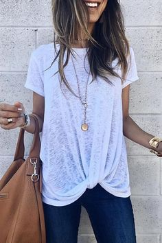 Casual style with simple, cute knot design. T-shirt outfit Love it at first sight! Casual style with simple, cute knot design. T-shirt outfit Suit Fashion, Look Fashion, Fashion Beauty, Fashion Outfits, Womens Fashion, Feminine Fashion, Fashion Boots, Post Baby Fashion, Fashion Ideas