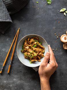 Le petit plat traditionnel qui nous fait voyager directement en Thaïlande. Découvrez la recette de mon pad thaï végétarien sur mon blog www.healthycooklife.com Avec des émincés de soja caramélisés. #recette #recettefacile #veggie #vegetarien #cuisinevegetarienne #healthyfood #asianfood #foodphotography #foodstyling Cereal Bio, Japchae, Ethnic Recipes, Blog, Instagram, Rice Noodles, Lime Juice, Vegetarian Pad Thai, Thai Basil