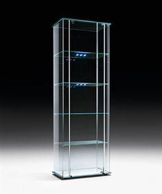 MILO DAY LED(FIAM) フィアムイタリア社:数多くのイタリア人デザイナー、そしてフィリップ・スタルク、ロン・アラッド、ジウジアーロなど名だたる各国の世界で活躍するトップデザイナーを起用し、ガラスインテリアの最高峰のメーカーです。その曲げガラスの技術、ノウハウは他のメーカーでは真似のできない領域であり、ガラスインテリアの可能性を徹底追及する製品を発表しています。ハイテクと職人技による高度なガラス加工は、世界屈指の評価を得ています。  MILO DAY LED(FIAM)全面ガラスで覆われた透明感あふれるショーケースです。アルミのストライプがアクセントとなり、シャープな印象を引き出しています。四角形状の収納なので、お部屋のインテリアコーディネートが直線主体でまとめる方におすすめしたい商品です。  ショーケース W59×D37×H174 design:Ilaria Marelli