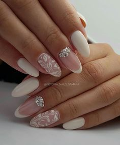 False nails have the advantage of offering a manicure worthy of the most advanced backstage and to hold longer than a simple nail polish. The problem is how to remove them without damaging your nails. Wedding Manicure, Wedding Nails For Bride, Wedding Nails Design, Vintage Wedding Nails, Hair And Nails, My Nails, Bridal Nail Art, Bride Nails, Nail Polish