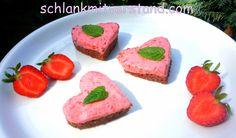 Erdbeer-Herzen Mit frischen Erdbeeren schmecken die Herzen natürlich am besten. Im Winter eignen sich aber auch Gefrorene. Zutaten: Für den Teig: 100 g *Mandelmehl 50 g gemahlene Mandeln 50 g Xuck…