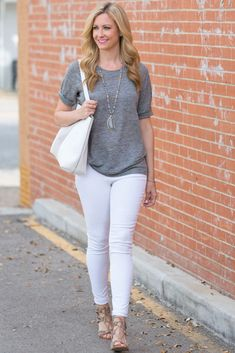 Gray T Shirt and White Jeans - Haute & Humid Casual Bar Outfits, Classy Outfits, Chic Outfits, Trendy Outfits, Fashion Outfits, Fashion Clothes, Fashion Trends, Gray Shirt Outfit, White Pants Outfit