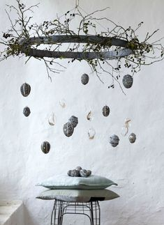 13 skandinavisch inspirierte Ideen für Ostern: vom puristischen Osterbaum über… 13 Scandinavian-inspired ideas for Easter: from the puristic Easter tree to the stylishly laid table and the surprising dessert for your guests. Easter Tree, Easter Wreaths, Easter Eggs, Decoration Vitrine, Diy Ostern, Ideas Geniales, Easter Holidays, Easter Party, Easter Dinner