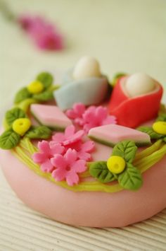 Close up shot of wagashi details: 手作り和菓子 : ふつうのコト