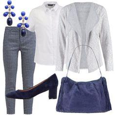 I pantaloni stampati all-over nei toni del blu danno l'impronta a tutto l'outfit, gli accessori sono blu, la borsa scamosciata con frange ai lati e la scarpa con tacco comodo come anche gli orecchini preziosi, tutto blu. Sopra ho scelto una semplicissima camicia bianca con colletto maschile e un blazer bianco e grigio. Outfit pratico da usare ogni giorno, ma sempre con personalità.