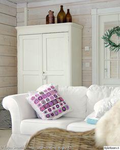 talonpoikaiskaappi,valkoinen sohva,olohuone