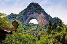 guilin China - Moon Hill, outside Yangshuo, in southern China's Guangxi, China                                 月亮山, 是「自然拱」, 位於廣西自治區陽朔的一座小山。 這個半圓形的洞, 是石灰岩溶洞形成的喀斯特地貌 。