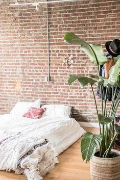 chambre mur briques loft style indus lit au sol sans sommier bohème Style Indus, Style Loft, Around The Corner, Brooklyn, Aesthetics, Bed, Room, Furniture, Home Decor