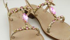 Dea Sandals Capri sandali gioiello capresi fatti a mano. toni tenui di giallo, ambra e rosa ed una pietra centrale che racchiude per riflesso tutti e tre i colori........ www.deasandals.com shop online