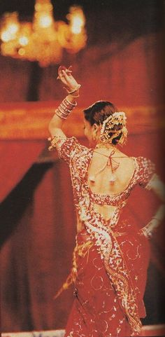 "Aishwarya performing her popular track ""Dola Re Dola"" from ""Devdas"" at Filmfare Awards {2003}"