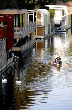 Ein Hausboot in Hamburg: Lichtdurchflutetes Esszimmer im Hausboot