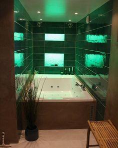 Grønt er vel skjønt - ikke minst avslappende  Med denne stilige lyssettingen kan man velge mellom grønt lilla blått eller oransje lys  Dette lekre badet er totalrenovert av Smart VVS AS #rørkjøpfamilien #rørkjøp . Vi skreddersyr badet ditt - fra start til slutt! Bestill gratis befaring fra en av våre dyktige rørleggerbedrifter idag
