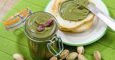 La crema di pistacchi è molto facile da preparare, golosa, perfetta per farcire e arricchire dolci di ogni tipo. Piace tanto anche ai bambini.