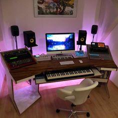 home studio desk set up Music Studio Decor, Home Recording Studio Setup, Home Studio Setup, Home Music Rooms, Music Bedroom, Home Studio Musik, Audio Studio, Studio Lighting, Lighting Setups