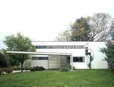 Gropius House in Lincoln, MA. Home of Walter Gropius, the founder of the Bauhaus Design School. Walter Gropius, Historic New England, Historic Homes, Modern Buildings, Modern Architecture, Public Architecture, Philip Johnson, Bauhaus Design, Bauhaus Style