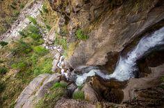 16161639262-mountain-stream-flowing-down-steep-ravine-india.jpg (800×532)