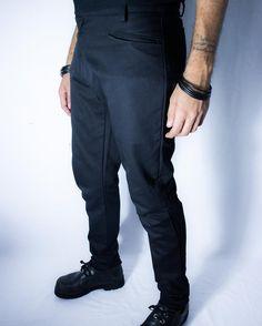 Distopia Collection - Calça saruel justa com fechamento deslocado - Moda masculina, para homens com estilo alternativo