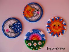 Colección de posavasos sol, luna, sol y luna y arco iris. Si te gustan puedes adquirirlos en nuestra tienda on-line: http://www.mistertrufa.net/sugarshop/ Ver más en: http://mistertrufa.net/librecreacion/groups/hama-beads/