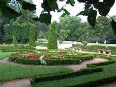 """Le parc Wallach bénéficie du label """"Jardin remarquable"""". C'est le seul véritable jardin à la française à Mulhouse. Il est également le royaume des roses. On y trouve en effet une roseraie de plus de 130 variétés ainsi qu'un parterre de broderies de buis, une """"salle de repos"""", un petit labyrinthe, un """"tapis vert"""". Ces différentes scènes sont reliées entre elles par des allées régulières et des escaliers ; des statues et végétaux sculptés soulignent les per..."""