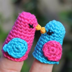 titeres de dedo dos pajaritos besándose Two Little Dickie Birds (adult and toodler sizes) - Free Amigurumi crochet finger puppets