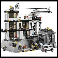 Lego City Police Station, there's lots of cool Lego police sets to check out, but this is definitely one of my favs. Legos, Lego Craft, All Lego, Lego Ww2, Lego City Police Sets, Lego City Police Station, Lego Police, First Lego League, Souvenir