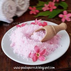 Bubbly Bath Salts | Paula Parrish I love bath salts, but honestly, I dont enjoy a bath unless there are millions of bubbles! This DIY recipe is best of both worlds - an easy to use bath salt that gives you the bubbles you need. These would make a great gift - pop them in a mason jar and tie on mini scoop on with some pretty ribbon!