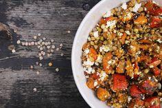 Jesenný farebný šalát s cícerom, pečenou tekvicou a brusnicami