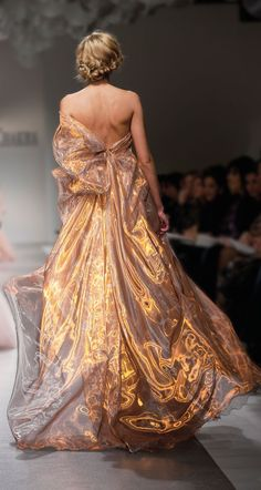Even though Daenerys would never get a hold of this kind of fabric, I think it would be perfect, it looks like its alight, Georges Chakra Style Haute Couture, Couture Fashion, Runway Fashion, Look Fashion, Fashion Show, Fashion Design, Kids Fashion, Fashion Tips, Beautiful Gowns