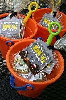 construction party favor idea 'I hope you dug my party', complete with bucket and spade