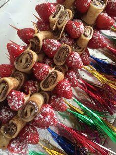 Heerlijke pannenkoek met Nutella en aardbeien traktatie. Party Treats, Party Snacks, Cute Food, Good Food, Christmas Brunch, Partys, Food Humor, Healthy Treats, High Tea