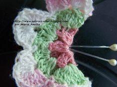 Esta borboleta roxa de crochê comprei em Campos do Jordão. É um imã de geladeira. É feito com uma florzinha dobrada ao meio. Pelo que pu...