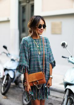 Vestido de lã com franjas . Visite o SimplesModa, um blog e revista de moda em Português.