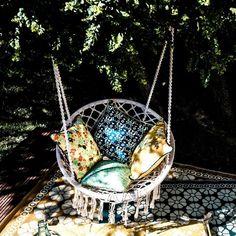 """Des motifs géométriques, des illustrations florales et des feuillages... L'univers poétique et chaleureux de Royal Roulotte se pose sur cette housse de coussin """"Royal Yellow"""" pour nous offrir une ambiance design et bohème : chic ! -★-"""