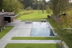 Clever contrast between precise rectangular lawn shapes by the house and open space blending into nature beyond. Outdoor Pool, Outdoor Spaces, Outdoor Gardens, Outdoor Living, Front Gardens, Modern Gardens, Contemporary Garden Design, Landscape Design, Pool Water Features