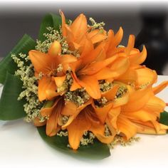 El pasado viernes los padres de Capi celebraron los 50 años de casado y su madre llevo este ramo de Lilium naranja a juego con su vestido. El ramo esta realizado en forma presentación y quedo precioso¡ ahora a por las de platino¡