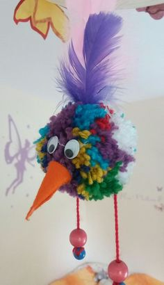 Bommelmonster hier Variante Vogel Bommelmonster here variant bird Related posts: LUCKY, THERE'S NO EASTERN BIRD OF WHAM. Tinker in the spring or as an Easter cake idea – birds to cut out. Animal Crafts For Kids, Diy Crafts For Kids, Children Crafts, Preschool Crafts, Pom Pom Crafts, Yarn Crafts, Diy Niños Manualidades, Pom Pom Animals, Craft Stick Crafts