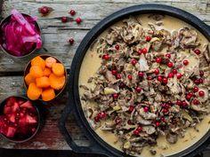 Bent Stiansens finnbiff-gryte med tilbehør | Godt.no Norwegian Cuisine, Scandinavian Food, Taste Buds, Food Styling, Stew, Acai Bowl, Oatmeal, Food And Drink, Meat