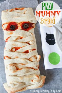 This Pizza Mummy Braid is a quick and easy dinner for the Halloween season. Perfect to serve your little goblins before they head out trick-or-treating! Last Halloween, I had no special dinner planned for my Recetas Halloween, Soirée Halloween, Healthy Halloween, Halloween Dinner, Halloween Goodies, Halloween Food For Party, Halloween Treats, Halloween Punch, Halloween Pizza