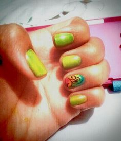 Green nails and hippie desing