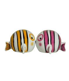 """Conjunto de saleiro e pimenteiro de porcelana. Fabricação Mudo Concept. Em formato lúdico de peixes, contém um imã que conecta as duas peças, resultando num """"selinho"""" entre elas.    www.desmobilia.com.br"""