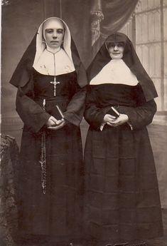 photos of catholic nuns - Bing images Vintage Photographs, Vintage Images, Old Pictures, Old Photos, Nuns Habits, Religion, Bride Of Christ, Roman Catholic, Digital Stamps