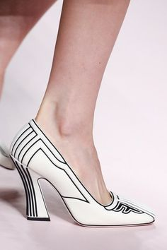 Fendi Spring 2019 Ready-to-Wear Fashion Show The complete Fendi Spring 2019 Ready-to-Wear fashion show now on Vogue Runway. Fendi Spring 2019 Ready-to-Wear Collection - Vogue Fab Shoes, Me Too Shoes, Women's Shoes, Shoe Boots, Fendi, Sandals Outfit, Heeled Sandals, Strappy Sandals, Chic Chic