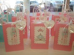 Nada más lindo que decorar bolsitas o envoltorios de souvenirs para realzar el obsequio que se llevan nuestros invitados!