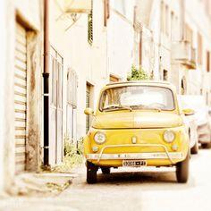 Is Italië je favoriete vakantieland? Droom weer even weg bij het authentieke Italiaanse leven als je naar deze handgemaakte art print kijkt! De oude Fiat 500 roept gelijk een vakantiegevoel op. Het kunstwerk wordt geprint op Fuji Digital Professional DP II Lustre Paper met een matte finish en is verkrijgbaar in verschillende maten. --- Art print / Fiat in Italië / Muurdecoratie / Poster auto / Reiscadeau / Reiscadeaus / Travel gift / Travel gifts
