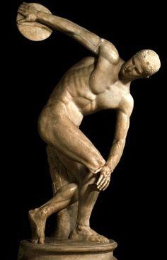 EL DISCÓBOLO (Lanzador de disco) Originalmente una escultura de bronce de la que sólo conocemos copias romanas en mármol. Representa un gran avance en la representación del movimiento, rompiendo con la formalidad y el hieratismo de la escultura griega anterior (estilo severo). A pesar de ello, podemos observar que la expresión de la cara no se corresponde con el esfuerzo del momento, y que la composición sigue pecando de una cierta frontalidad (pensada para ser vista de frente).